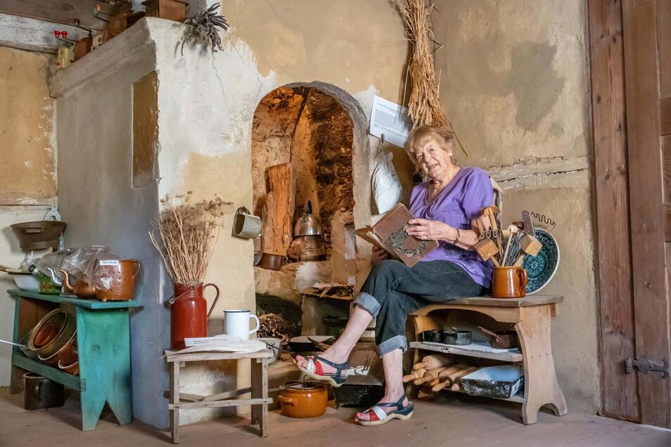 So hat man vor 300 Jahren gekocht. Regina Bonk sitzt vor einem Kamin in der Küche, der sich erhalten hat.