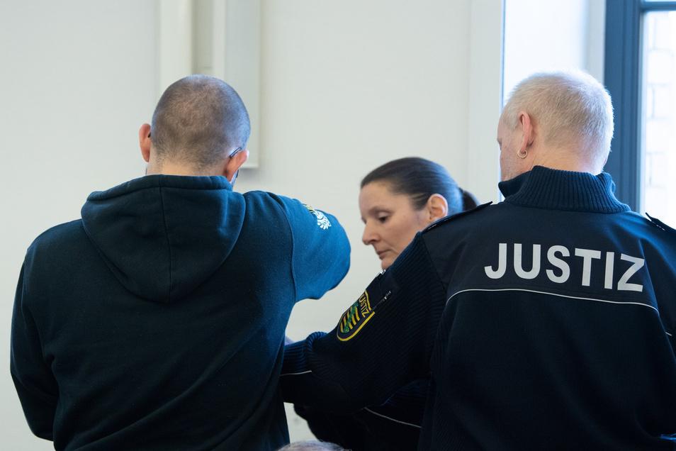 Justizbeamte begleiten am 17. Januar einen der sechs später Verurteilten in den Gerichtssaal. Die Justiz wird sich weiter mit den FKD-Mitgliedern befassen müssen.