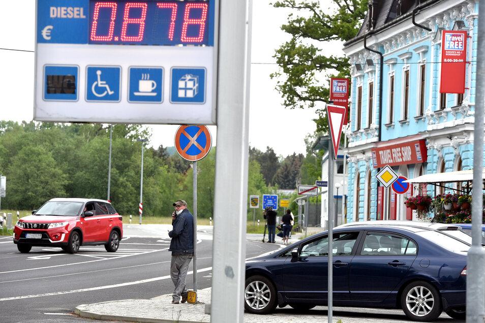 Freitagmittag, 12 Uhr: Die Grenzen nach Tschechien - hier der Übergang von Seifhennersdorf nach Varnsdorf (Warnsdorf) sind wieder offen.