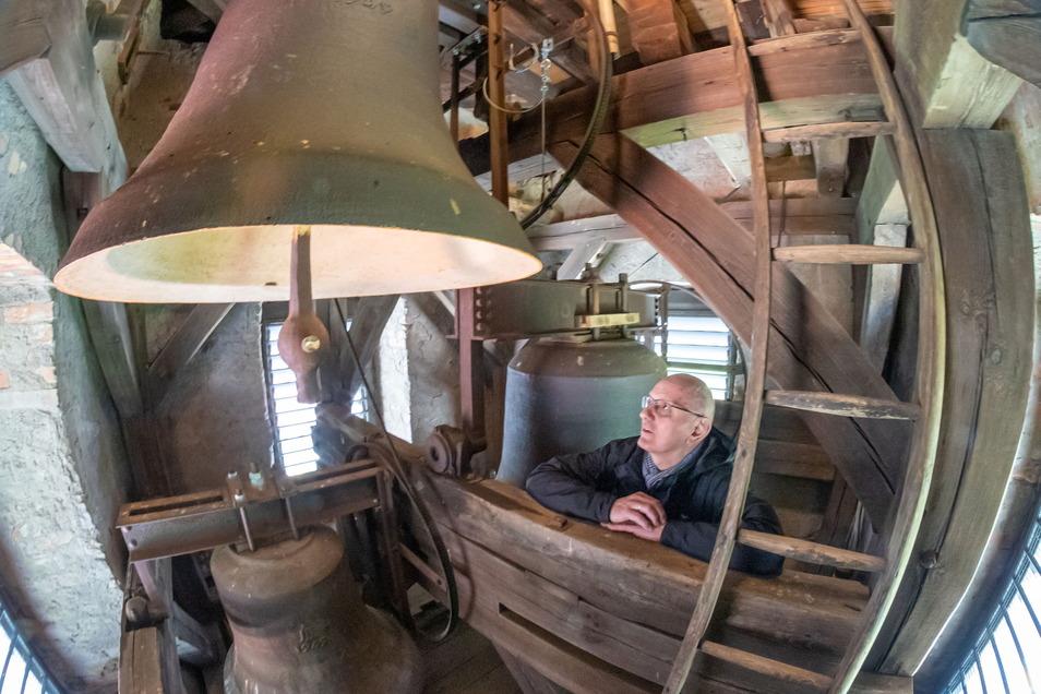 Helmut-Andreas Spengler zeigt die drei Glocken im Kirchturm von Diehsa. Ihre Aufhängung an einem Stahlgerüst macht dem Pfarrer Sorgen.
