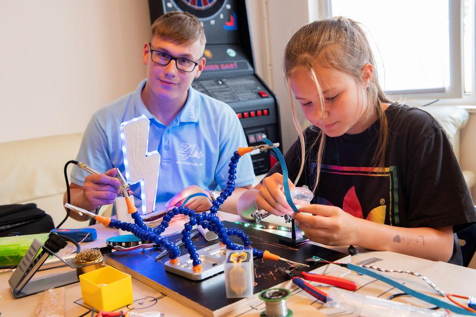 Annabell Rutloff (12) aus Großenhain ist seit sechs Jahren bei Kleinhayn dabei. Hier baut sie mit Teeniebetreuer Lukas Talkenberg (19) LED-Lichterketten.