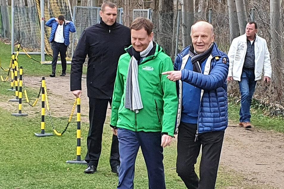 Sachsens Ministerpräsident Michael Kretschmer (l.) besucht gemeinsam mit Ex-Dynamo-Präsident Wolf-Rüdiger Ziegenbalg überraschend das Training der Schwarz-Gelben.