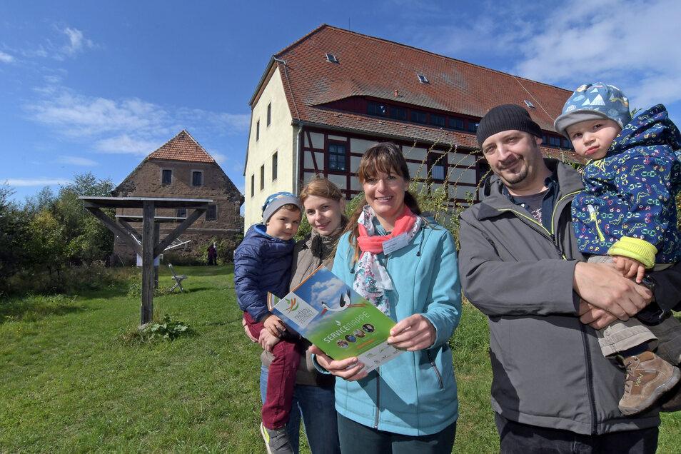 """Susan Terpitz (Mitte) hat im vergangenen Jahr bei der Veranstaltung """"Ländliches Bauen"""" der Nestbauzentrale in Auterwitz eine Familie in Sachen Bauen beraten."""