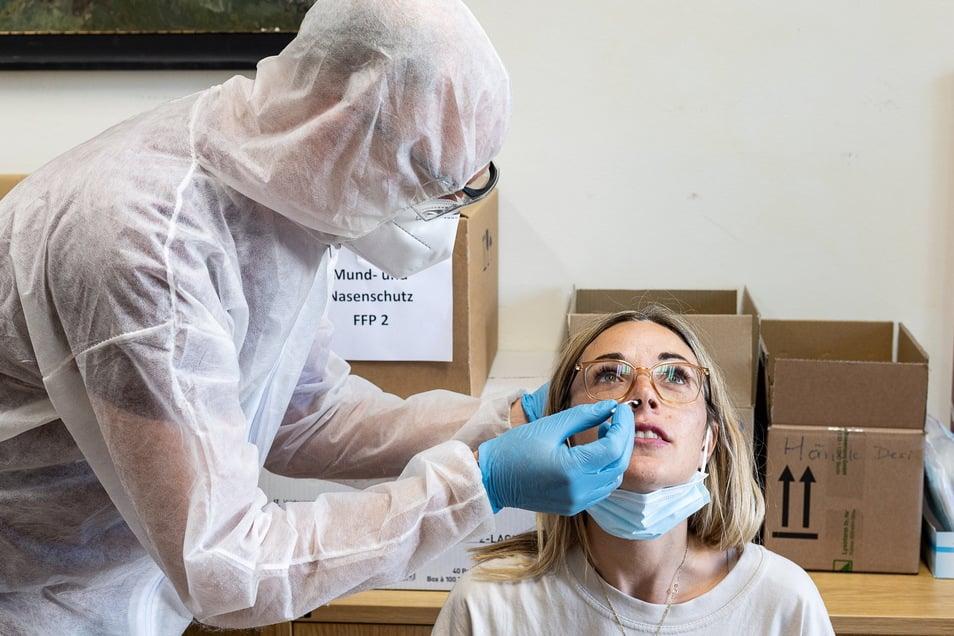 Auch am Dienstag waren die Corona-Schnelltests im Bürgerhaus von Bannewitz gefragt. Hier lässt sich Cindy Uhlemann vor ihrem Urlaub testen.