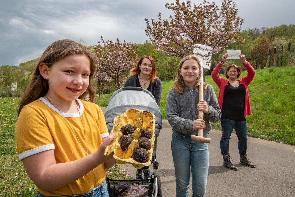 Zora Winkler und Charlotte Sommer (vorn, von links) haben sämtliche Aufgaben der Schnitzeljagd bewältigt. Organisiert hatten die Tour das Jugendhaus- und das Bürgerhausteam.