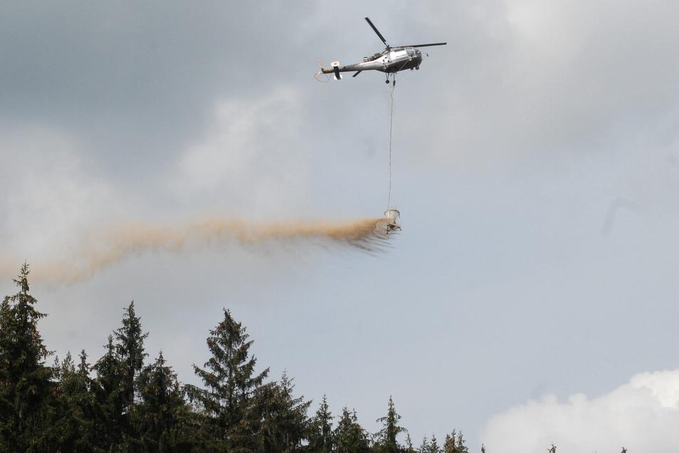 Was fliegt denn da? Ein Hubschrauber mit Kalk an Bord.