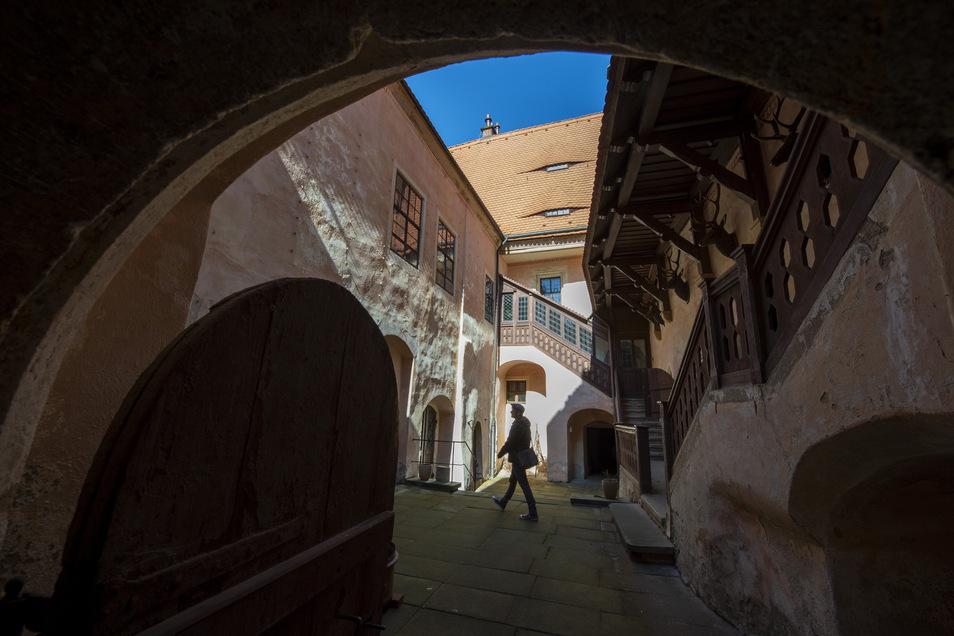 Im großen Innenhof des Schlosses: Rechts das Küchengebäude, links das Tafelhaus, wo einst die Herrschaft speiste.