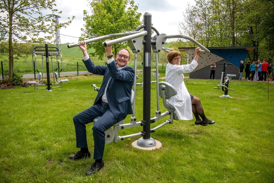 Zur Einweihung der Außensportanlage im Fachkrankenhaus Bethanien haben sich Michael Veihelmann, Theologischer Geschäftsführer, und Dr. Ulrike Ernst, Chefärztin der Suchtklinik, an den Fitnessgeräten betätigt.