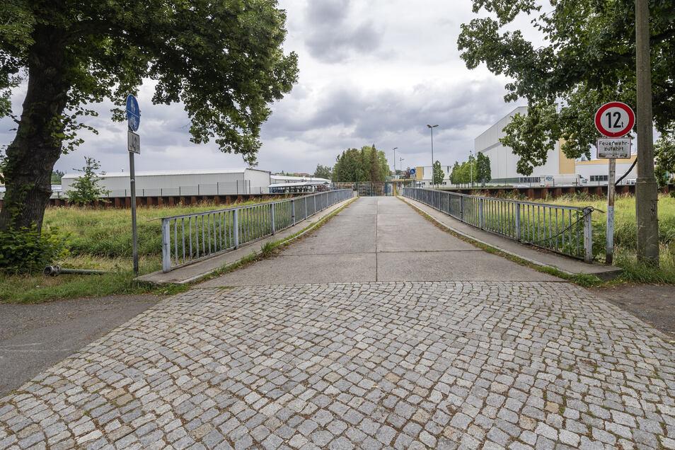 Die Straße am Bombardier-Gelände in Bautzen sieht mittlerweile etwas anders aus als auf dem Foto. Sie wurde inklusive der Brücke für den Lkw-Verkehr ausgebaut und verbreitert. Nun erhält sie auch einen Namen.