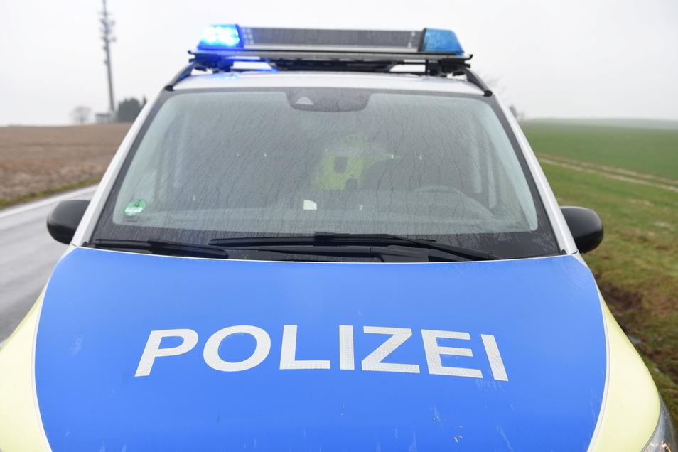 Polizeibeamten entdeckten in einem ausgebrannten Fahrzeug in Berthelsdorf bei Hainichen eine Leiche.