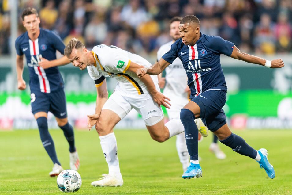 Florian Ballas bekommt von Kylian Mbappé die Grenzen aufgezeigt.
