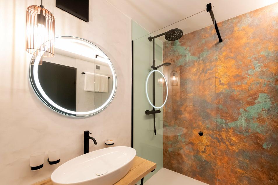 Warmes Licht, bunte Farben: Das Bad in einem der Hotelzimmer..