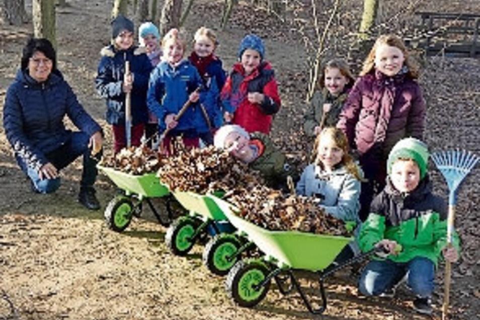 Ortschaftsrätin Carmen Körner mit Hortkindern der Kalkreuther Grundschule, die neue Schubkarren bekamen.F