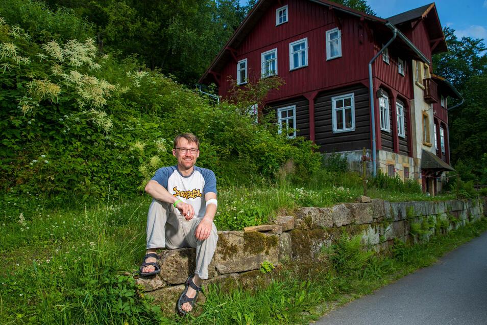 Thomas Hüttel vom Elbi e.V. freut sich, dass am vom Verein gepachteten und von Familien genutzten Haus in Hinterhemrsdorf Türen und Fenstern repariert werden können.
