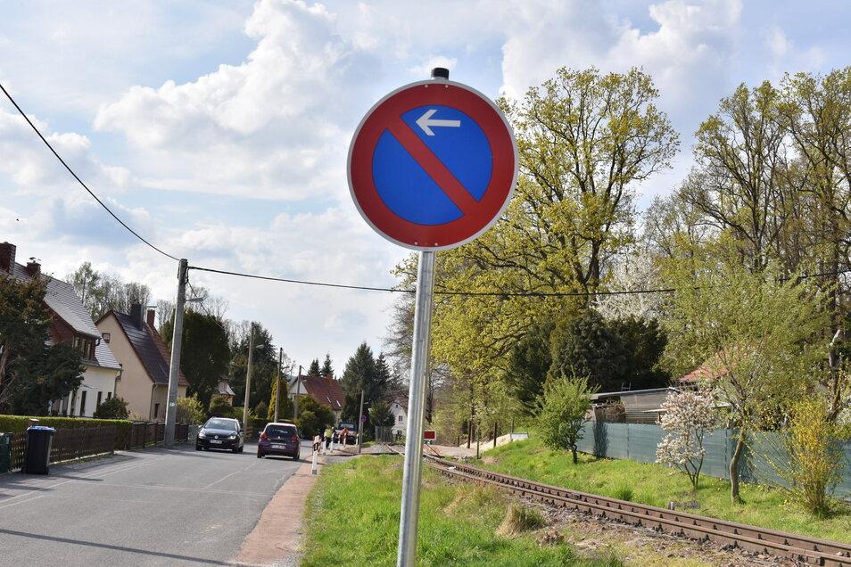 In diesem Abschnitt entlang der alten Bahntrasse gilt nun ein Parkverbot.