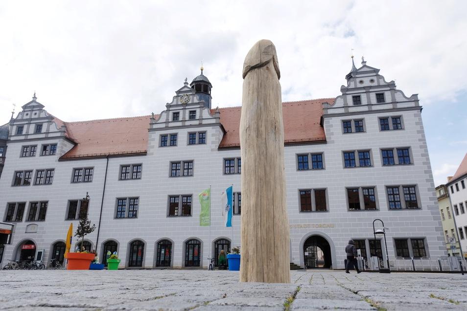 Diese Holzskulptur soll einen riesigen Spargel symbolisieren. Manche erkannten aber auch etwas anderes.