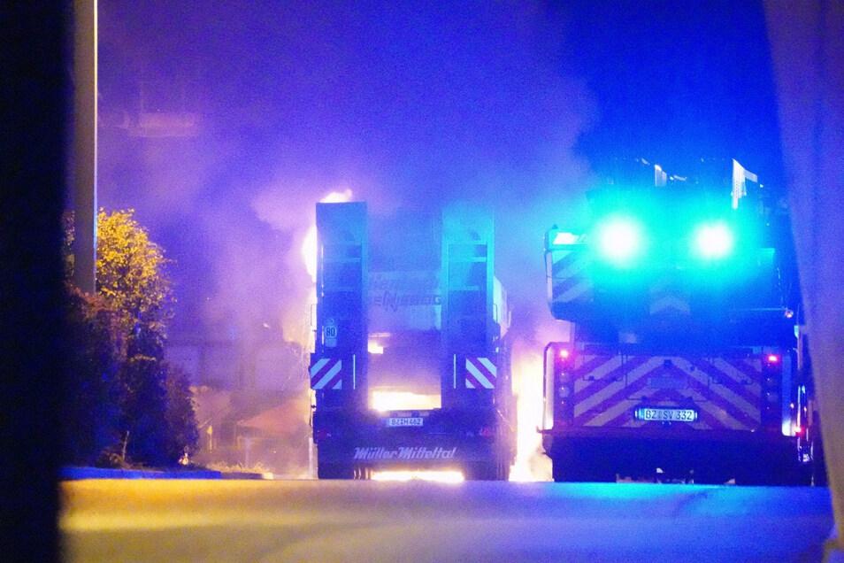 In der Nacht zum 5. November brannten in Bautzen mehrere Fahrzeuge der Baufirma Hentschke.