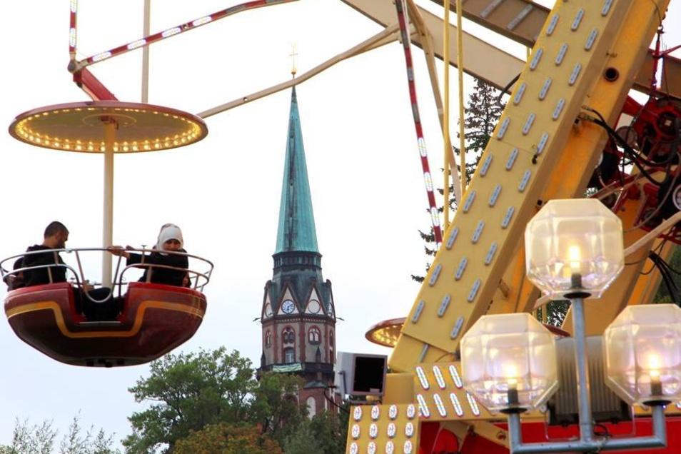 Das größte transportable  Riesenrad Deutschlands bringt die Gäste hoch über die Stadt.