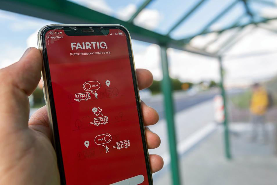 Zwei Wischbewegungen über das Mobilfunkgerät genügen, um mit Fairtiq immer zum besten Preis Bahn oder Bus zu nutzen.
