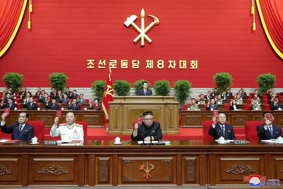 Dieses von der staatlichen nordkoreanischen Nachrichtenagentur KCNA zur Verfügung gestellte Foto zeigt Kim Jong Un (M), Machthaber von Nordkorea, auf einem Kongress der Partei der Arbeit Koreas.