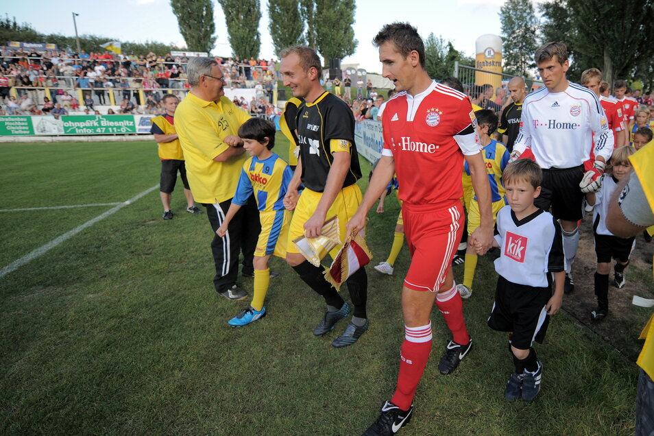 Das waren noch Zeiten: Am 18. August 2009 war Bayern München zu Gast beim NFV Gelb-Weiß Görlitz. Münchens Miroslav Klose und der Görlitzer Kapitän Tino Pietsch führen die Mannschaften aufs Feld.