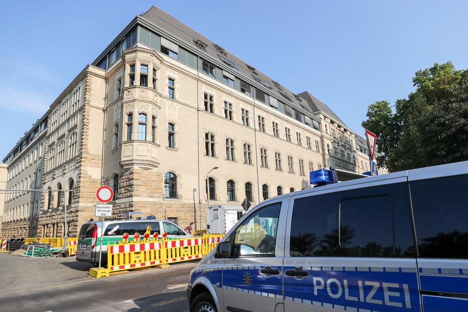 Das Amtsgericht Leipzig hatte Brian E. wegen Landfriedensbruchs zu einem Jahr und vier Monaten auf Bewährung verurteilt. Das ist allerdings kein Grund, ihn aus dem Staatsdienst zu entlassen.