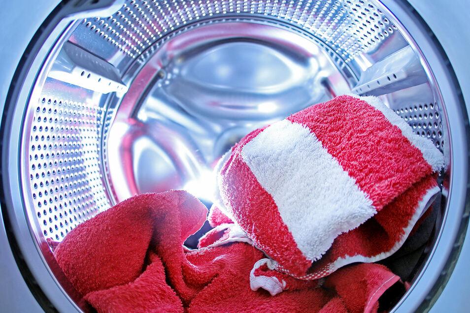 Kleidung verblasst weniger schnell, wenn sie in kürzeren Waschprogrammen und bei niedrigeren Temperaturen gewaschen wird.