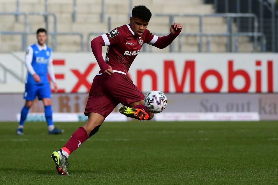 Ransford-Yeboah Koenigsdörffer zeigt seine ganze Klasse am Ball. Es steht 4:0 für Dynamo Dresden.