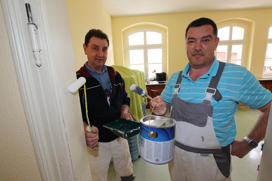 Andreas Böhm (links) und Fredo Findeisen gehören zum Malerteam, das die Stadt Leisnig seit Beginn der Corona-Einschränkungen verstärkt in den Kitas in Leisnig und den Ortsteilen einsetzt.