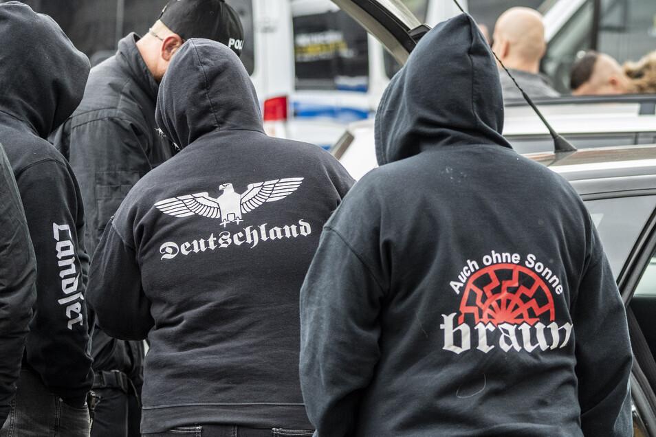 """Teilnehmer an einem rechtsextremen """"Schild und Schwert""""-Festival vor dem Veranstaltungsgelände: Hans-Peter Fischers Hotel Neißeblick."""