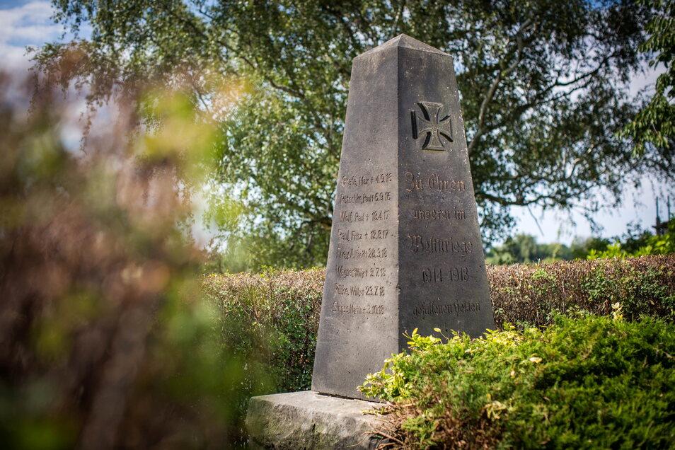 Inzwischen freigeschnitten und wieder gut anzusehen: das Kriegerdenkmal in Söbrigen.