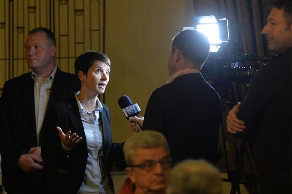 Die Medien zeigten reges Interesse an Petrys Auftritt.