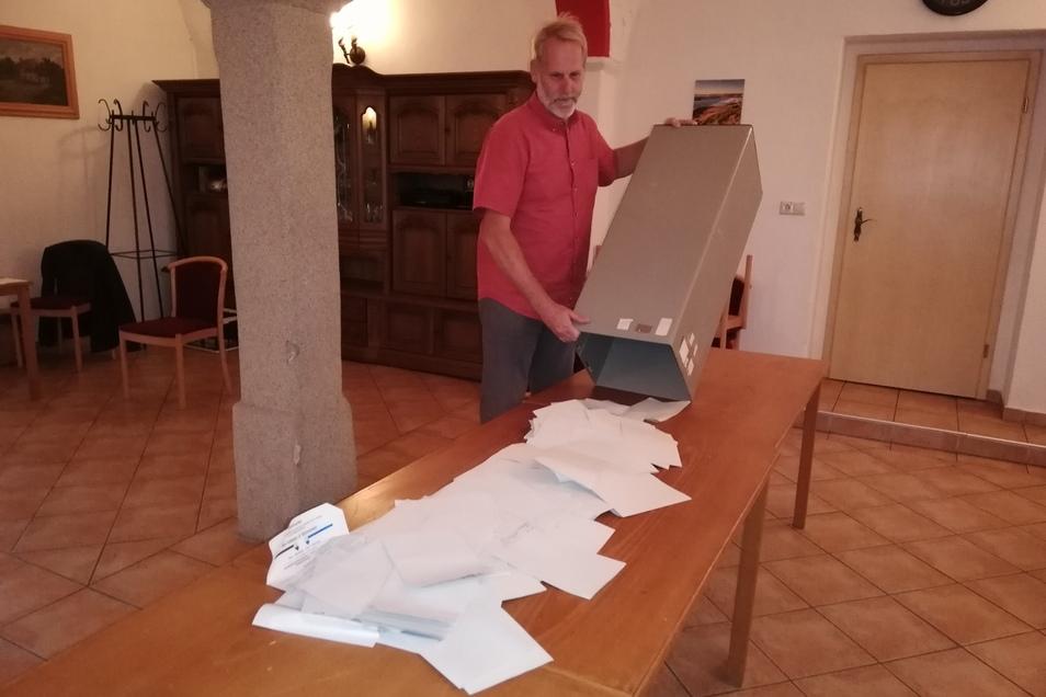 Andreas Schaaf, der stellvertretende Wahlleiter im Wahllokal in Jauernick-Buschbach leert kurz nach 18 Uhr die Wahlurne für die Auszählung der Stimmen.