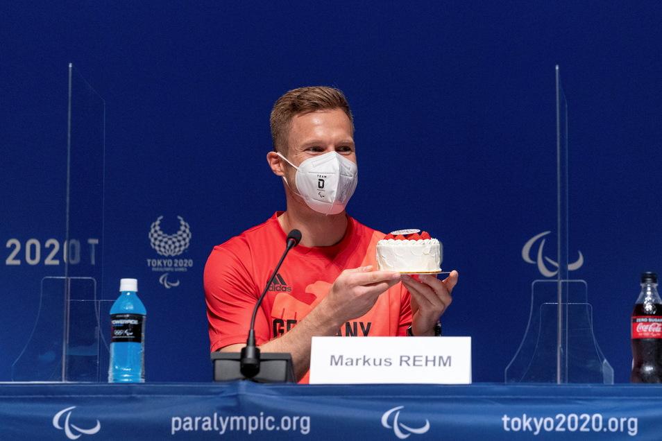 Markus Rehm bekommt eine Minitorte zu seinem 33. Geburtstag. Der deutsche Paralympics-Star will in Tokio seinen Weitsprung-Weltrekord noch einmal angreifen.