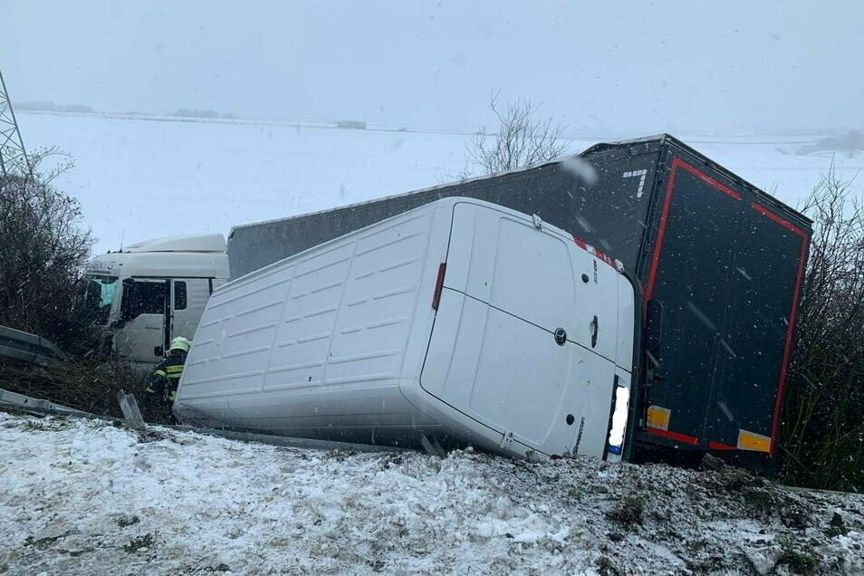 Auf der Autobahn 14 sind kurz vor der Abfahrt Döbeln-Ost in Richtung Dresden ein Laster und ein Transporter in den Graben gerutscht.