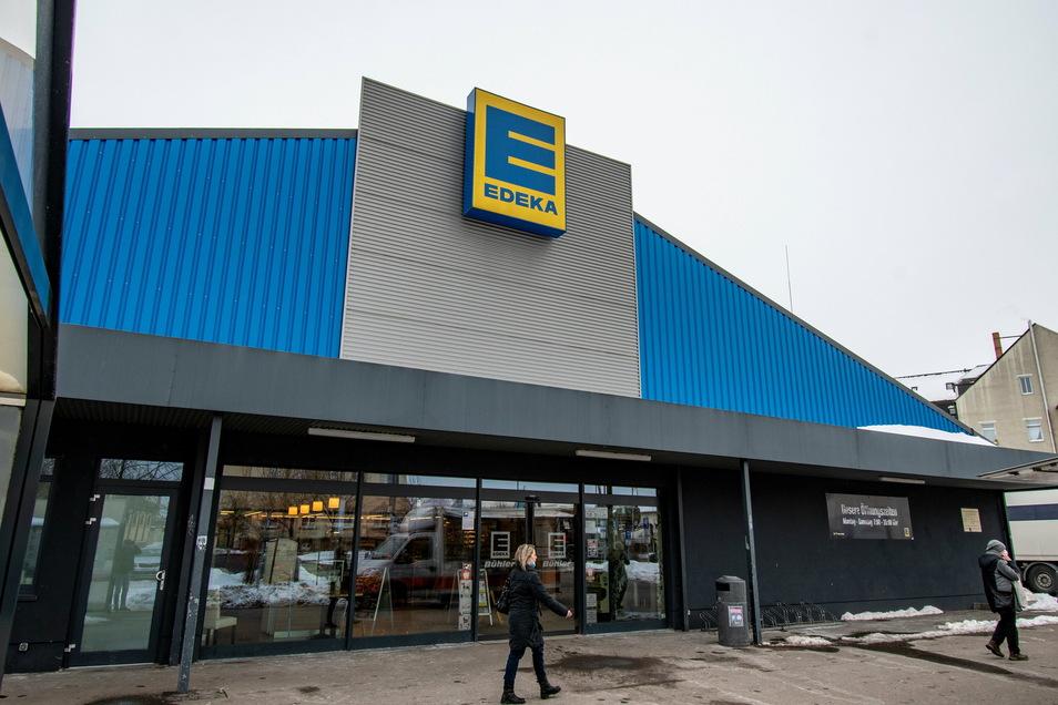 Im Döbelner Edeka-Markt hat ein Mann im August 2020 Waren im Wert von etwa 14 Euro gestohlen. Danach ist er geflüchtet, aber kurz darauf zurückgekehrt.
