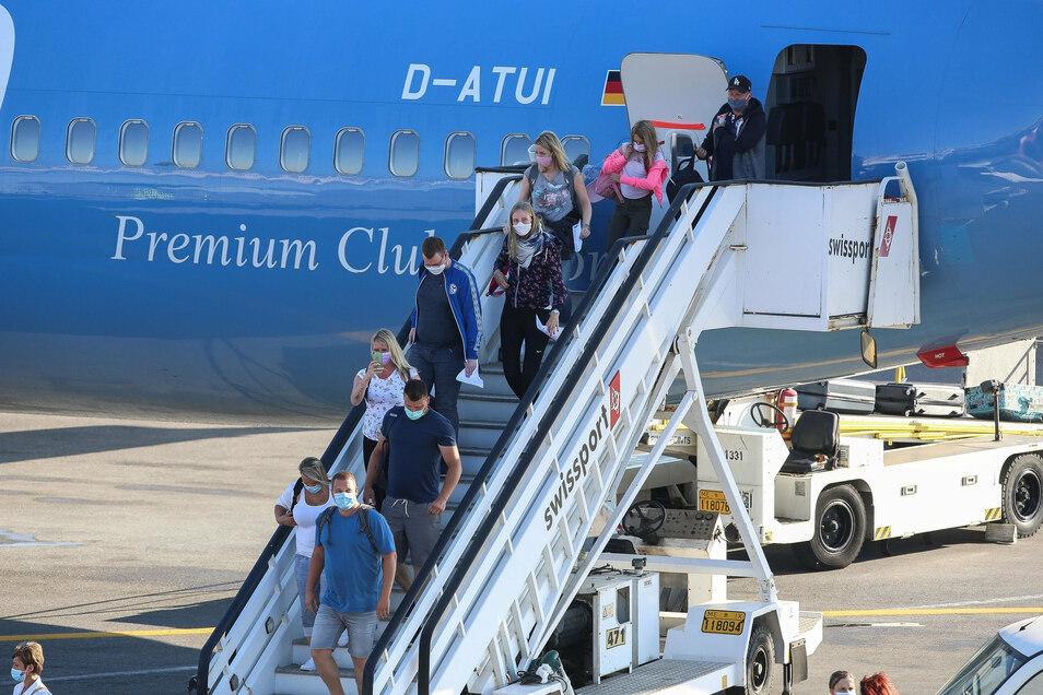 Ein- und Aussteigen ohne Drängeln und Schubsen: Was einige Fluggesellschaften schon vorher so machten, handhaben nun alle so.