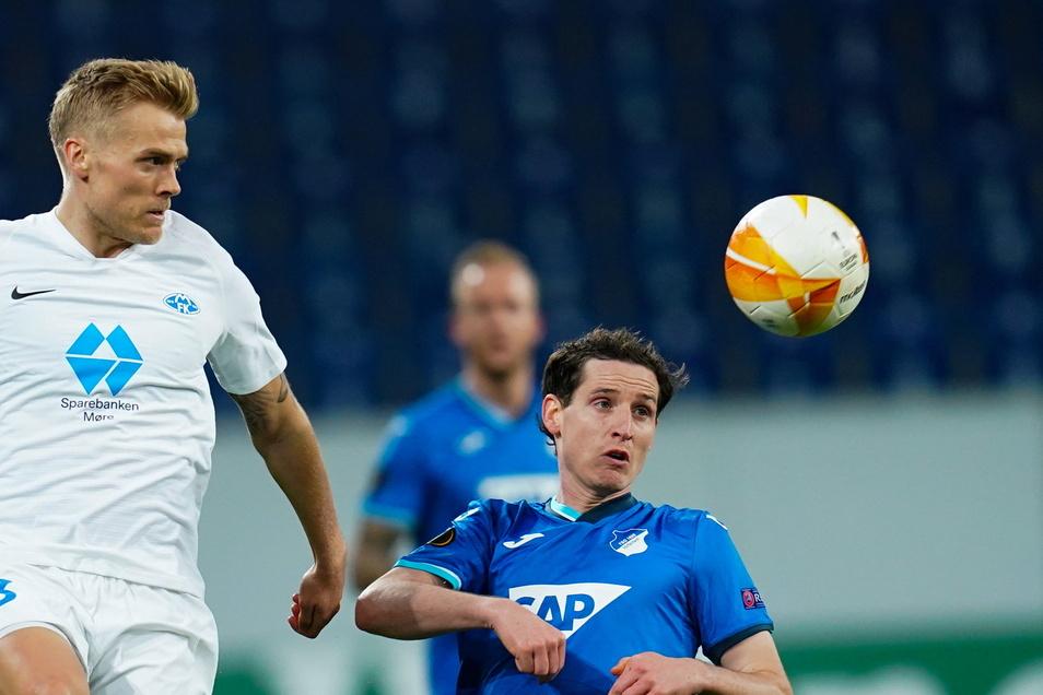 Moldes doppelter Torschütze Eirik Ulland Andersen (l) kämpft um den Ball mit Hoffenheims Sebastian Rudy.
