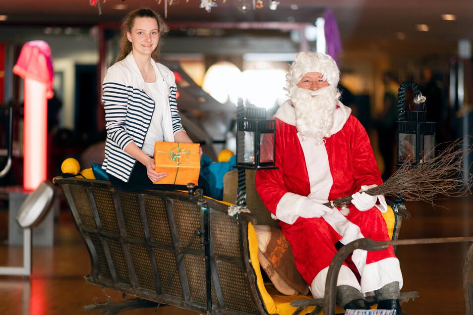 Im Sportstudio FIB ist Rudi nicht das Rentier, sondern der Weihnachtsmann. Hingucker in der Adventszeit ist ein restaurierter Pferdeschlitten, wo sich Rudolf Eisenblätter und Jennifer Pilz auf viele Weihnachtsmarktbesucher am Sonntag freuen.