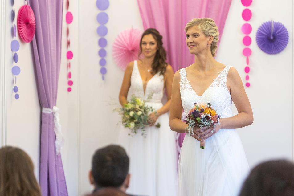 Tüll, Spitze, fließende Stoffe: Julia Mauersberger (r.) und Claudia Bachmann stellten am Sonntag auf Schloss Burgk Hochzeitskleider mit den passenden Accessoires wie kleine Brautsträuße vor.