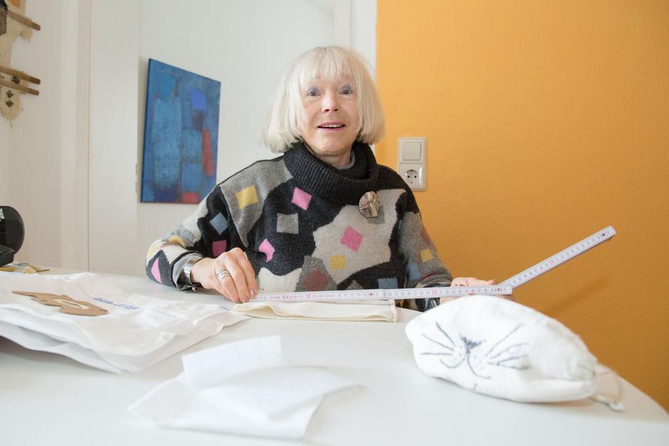 Ingrid Ruff näht zu Hause selbst entwickelte Masken. Wie man sie nacharbeiten kann, erklärt sie im Beitrag.