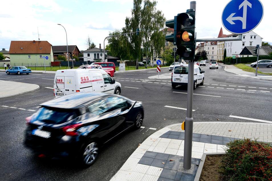 Immer, wenn Autos die frisch sanierte B96-Kreuzung in Zittau von der Rietschel- in die Goldbachstraße oder umgekehrt rollen, müssen sie über einen kleinen Berg auf der Äußeren Weberstraße.