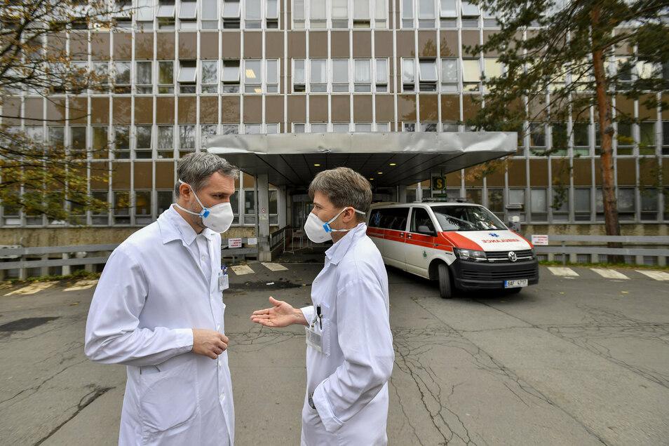 Zdenek Hrib (l), Oberbürgermeister von Prag, spricht mit Martin Havrda, Leiter der I. Abteilung für Innere Medizin im Fakultätskrankenhaus im Prager Stadtteil Vinohrady.