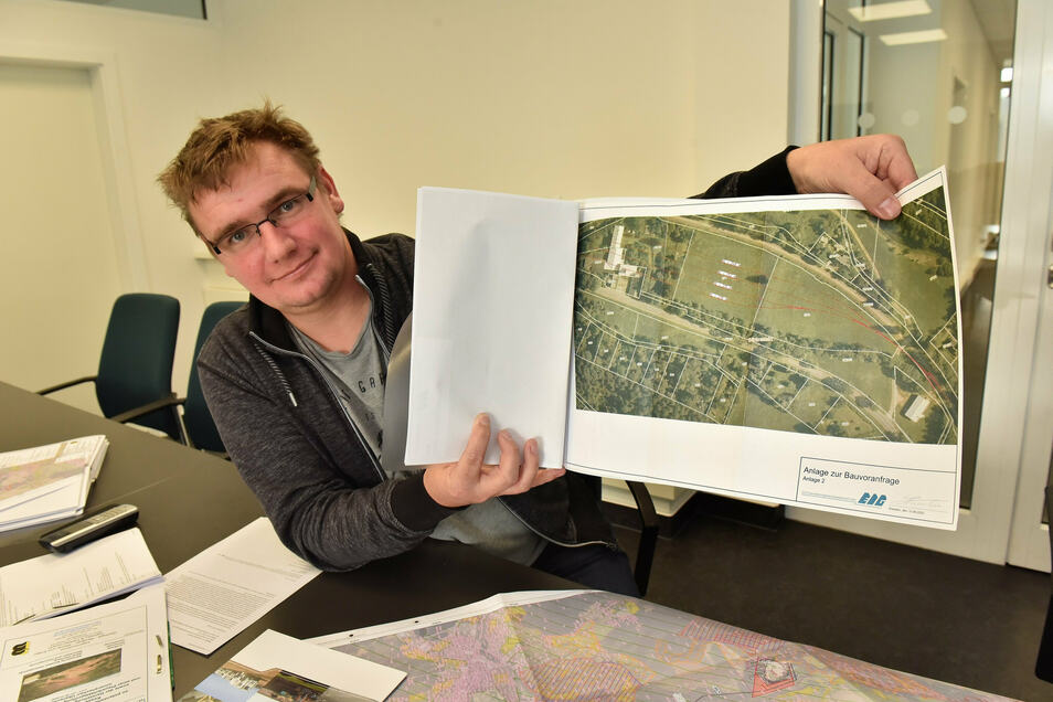 Noch gibt es vom künftigen Verladebahnhof bei Bärenstein nur Pläne, doch Hendrik Schwarz hofft, dass er bald die Genehmigung für den Bau bekommt.