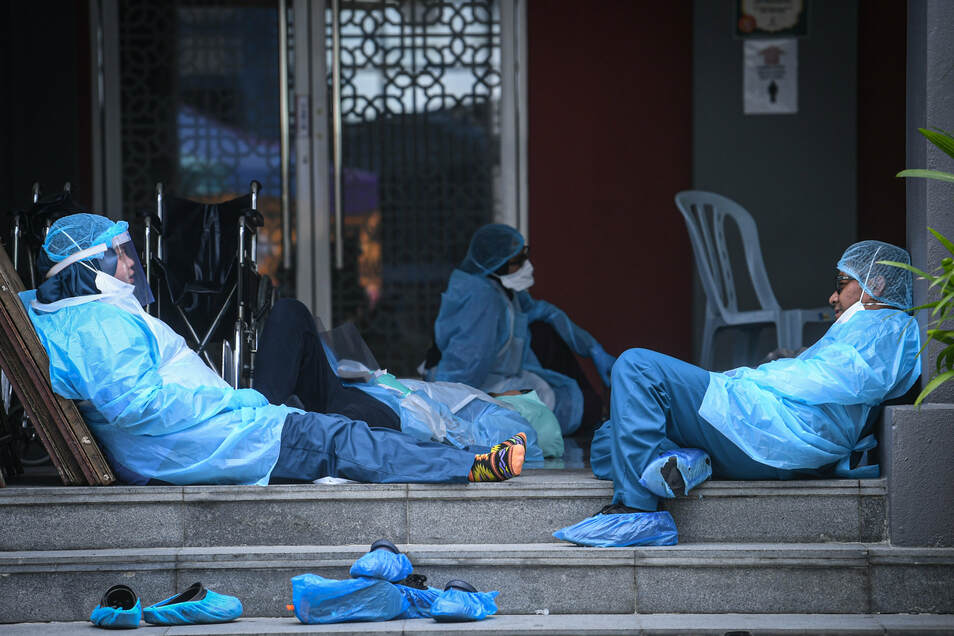 Das medizinische Personal macht eine Pause, während es in einer Moschee Coronavirus-Tests durchführt.