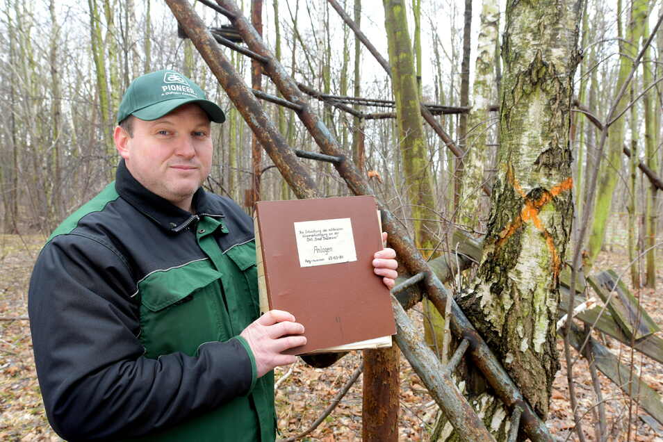 Danilo Baumgarten mit den Plänen der Sturmbahnen auf dem Übungsgelände der ehemaligen Offiziershochschule der NVA in Löbau. Dort, wo einst Rekruten schwitzten, ist jetzt Wald.
