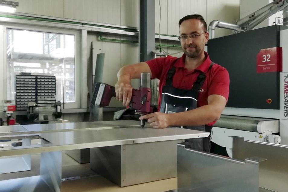 Metallbauer Rocco Schütze montiert einen Prototyp des Desinfektionsmittelspenders. Kommende Woche soll die Produktion von Kleinserien beginnen.