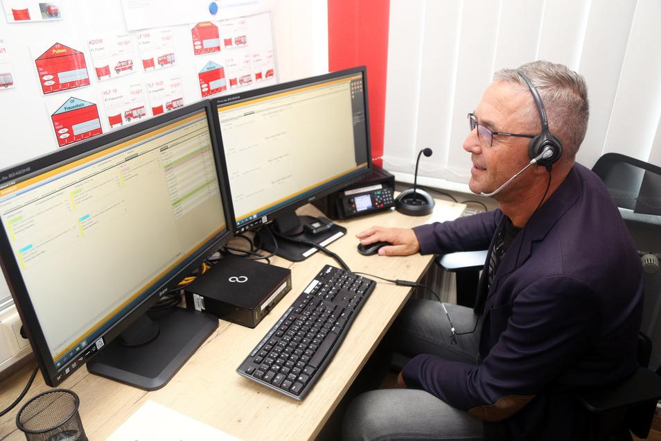 Der Gröditzer Stadtchef Jochen Reinicke probierte im September 2019 die neu eingerichtete Landfunkstelle im Gerätehaus der Gröditzer Feuerwehr aus. Auch 2020 investiert die Stadt groß in den Brandschutz.