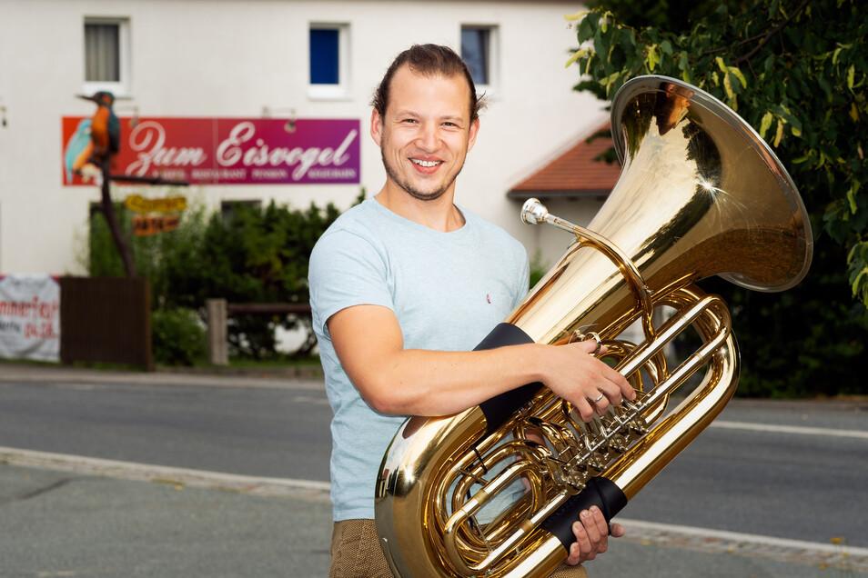 Henry Sauer ist das jüngste Mitglied der Lausitzer Dorfmusikanten, die am Sonntag in Wartha spielen.