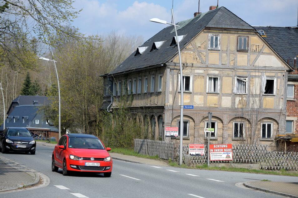 Auch für das große Umgebindehaus mit der Hausnummer 153 an der Hauptstraße in Ebersbach wird ein Interessent gesucht, der es wieder saniert. Schließlich führt hier die Umgebindehausstraße entlang.